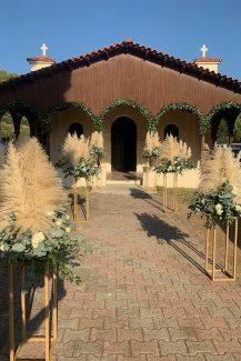 Εντυπωσιακός στολισμός εκκλησίας με συνθέσεις από pampas grass