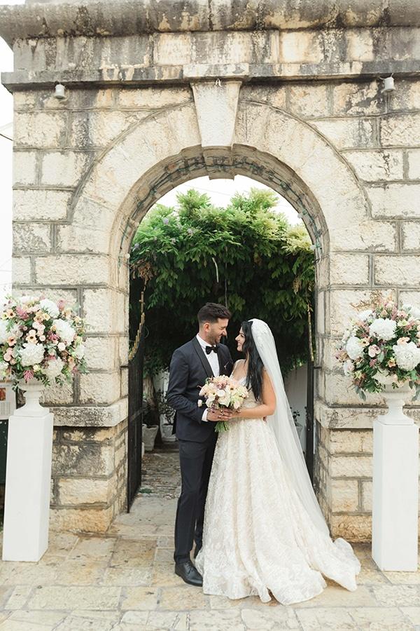 Ρομαντικός στολισμός εκκλησίας με λευκές στήλες και ανθοσυνθέσεις