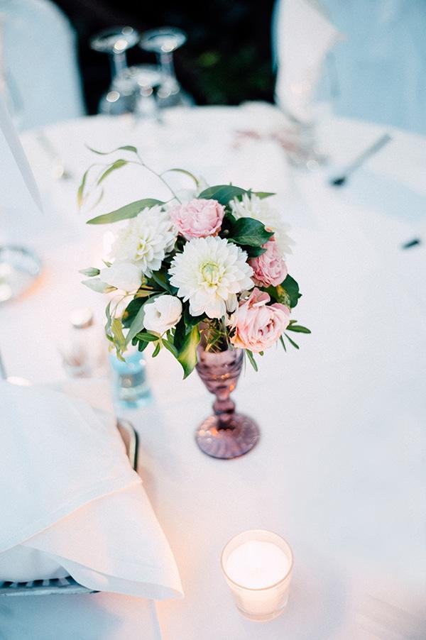 Centerpiece για στολισμό δεξίωσης γάμου σε dusty pink απόχρωση και φρέσκα λουλούδια