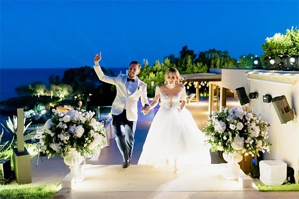 Ρομαντικος στολισμος για εισοδο δεξιωσης γαμου με λουλουδια