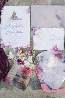 Μοντερνα προσκλητηρια γαμου απο Redgrass Invitations με watercolor πινελιες