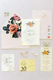 Ρομαντικά προσκλητήρια γάμου με floral pattern από Redgrass Invitations