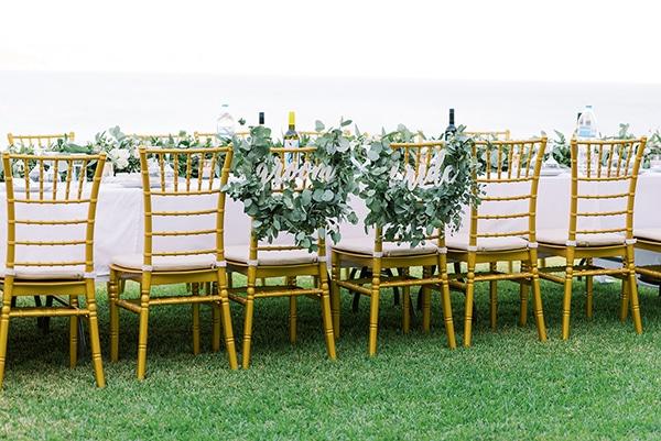 Πανέμορφος στολισμός  καθισμάτων για νεονύμφους με πρασινάδα
