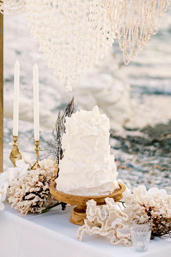 Ασύμμετρη ολόλευκη τούρτα γάμου
