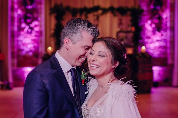 Γιορτινός χειμωνιάτικος γάμος στον Πύργο Πετρέζα με fairylights και κόκκινες αποχρώσεις │ Μαρία & Παύλος