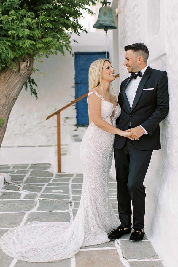 luxurious-summer-wedding-sifnos-island-lush-floral-designs_04x