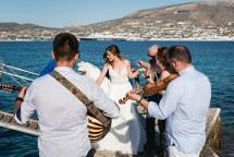 Πρωτοτυπη ιδεα αφιξης της νυφης στην εκκλησια με καραβακι