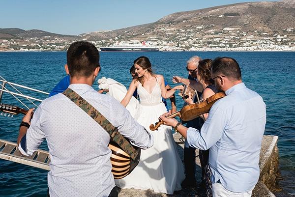 Πρωτότυπη ιδέα άφιξης της νύφης στην εκκλησία με καραβάκι