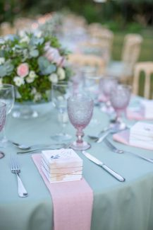 Όμορφο κουτάκι για μπομπονιέρα σε λευκές και ροζ αποχρώσεις
