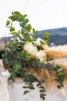 Εντυπωσιακη ασυμμετρη νυφικη ανθοδεσμη με μποεμ στυλ