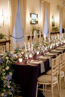 Luxurious στολισμός δεξίωσης τραπεζιού με πλούσιες γιρλάντες λουλουδιών