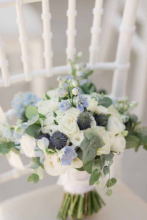 Ρομαντική νυφική ανθοδέσμη με λευκά άνθη και γαάζιες πινελιές