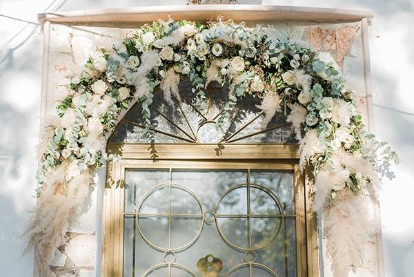 Εντυπωσιακός bohemian  στολισμός εκκλησίας με γιρλάντα λουλουδιών