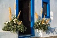 Στολισμος εισοδου εκκλησιας με εντυπωσιακες ανθοσυνθεσεις απο dried flowers και πρασιναδα