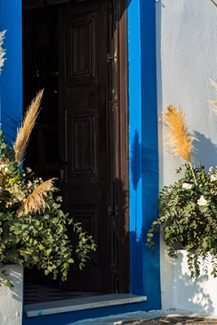 Στολισμός εισόδου εκκλησίας με εντυπωσιακές ανθοσυνθέσεις από dried flowers και πρασινάδα