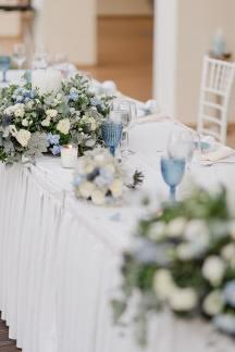 Στολισμος δεξιωσης τραπεζιου με λευκα κερια και φρεσκα λουλουδια