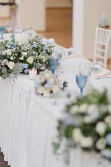 Στολισμός δεξίωσης τραπεζιού με λευκά κεριά και φρέσκα λουλούδια