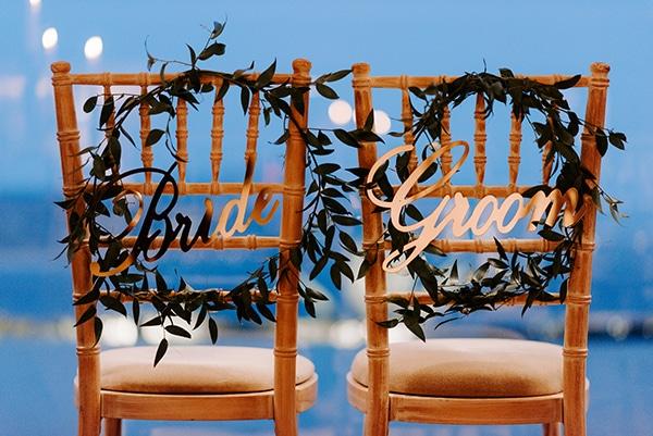 Πρωτότυπη ιδέα για στολισμό καρέκλας ζευγαριού με πινακίδα Bride – Groom
