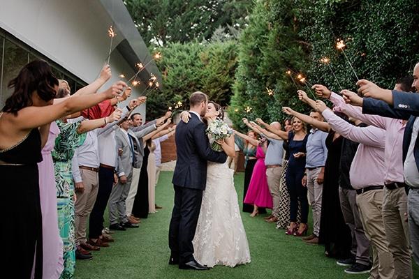 Πρωτότυπη υποδοχή ζευγαριού στη δεξίωση γάμου