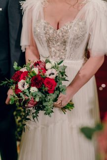 Ασύμμετρη νυφική ανθοδέσμη με κόκκινα τριαντάφυλλα και ντάλιες
