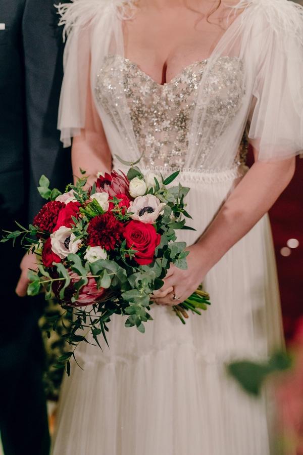 Ασυμμετρη νυφικη ανθοδεσμη με κοκκινα roses