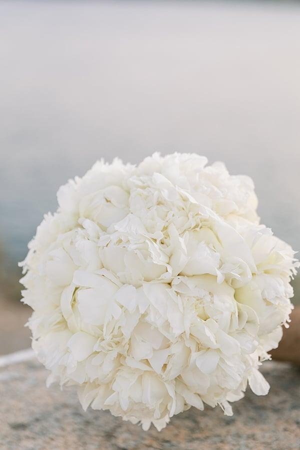 Πανεμορφη νυφικη ανθοδεσμη απο λευκες παιωνιες