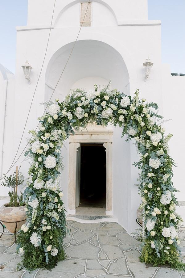 Εντυπωσιακη λουλουδενια αψιδα για στολισμο εκκλησιας
