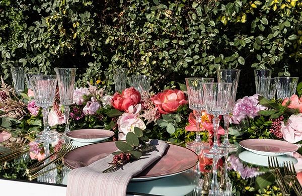 Luxurious στολισμός τραπεζιού δεξίωσης με γιρλάντες λουλουδιών και επιφάνειες – καθρέπτες