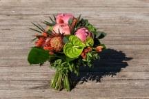 Ασσυμετρη νυφικη ανθοδεσμη με ροζ παιωνιες και πορτοκαλι πινελιες