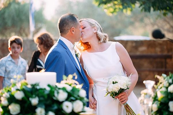 Minimal chic φθινοπωρινός γάμος στην Αθήνα με λευκά τριαντάφυλλα και παιώνιες │ Aλεξάνδρα & Χρήστος