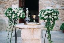Υπεροχος στολισμος λαμπαδας γαμου με μαυρα stands και κρεμαστα λουλουδια