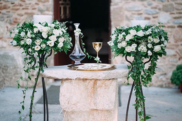 Υπέροχος στολισμός λαμπάδας γάμου με μαύρα stands και κρεμαστά λουλούδια