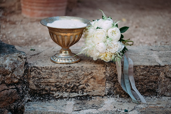 minimal-chic-fall-wedding-athens-white-roses-peonies_06