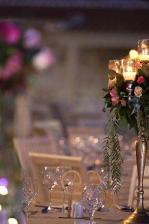 Στολισμος δεξιωσης με centerpieces απο ψηλα κηροπηγια και λουλουδια