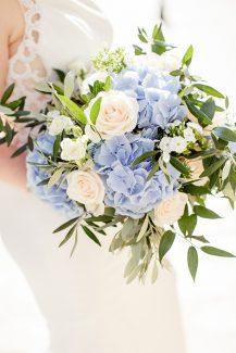 Νυφική ανθοδέσμη με γαλάζιες ορτανσίες