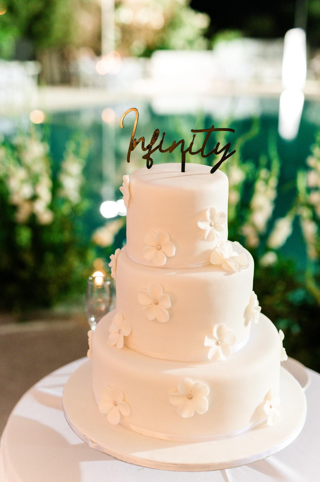 Υπέροχη τριώροφη τούρτα γάμου