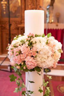 Στολισμός λαμπάδας με υπέροχες ανθοσυνθέσεις από ορτανσίες και τριαντάφυλλα