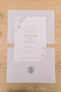 Ρομαντικα προσκλητηρια γαμου με floral λεπτομερειες και απαλη γκρι αποχρωση