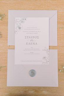 Ρομαντικά προσκλητήρια γάμου με floral λεπτομέρειες και απαλή γκρι απόχρωση