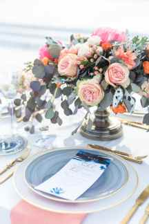 Ρομαντικος στολισμος γαμηλιου τραπεζιου με λουλουδια και ευκαλυπτο