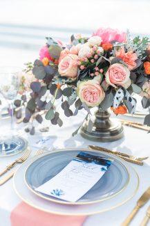 Ρομαντικός στολισμός γαμήλιου τραπεζιού με λουλούδια και ευκάλυπτο