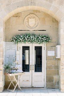 Ρομαντικος στολισμος εισοδου εκκλησιας με γιρλαντα απο φρεσκα λουλουδια