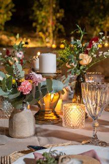 Ρομαντικός στολισμός τραπεζιού δεξίωσης σε δεξίωση γάμου εξωτερικού χώρου