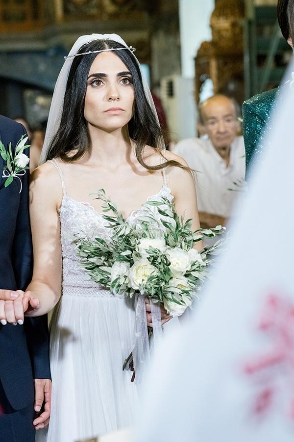 Ρουστίκ νυφική ανθοδέσμη με κλαδιά ελιάς και λευκά τριαντάφυλλα