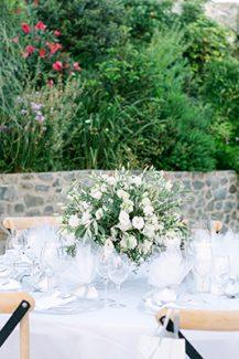 Στολισμός δεξίωσης γάμου με συνθέσεις από ελιά και λευκά λουλούδια