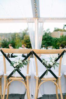 Πρωτότυπος στολισμός για καρέκλες νεονύμφων με φρέσκα λουλούδια