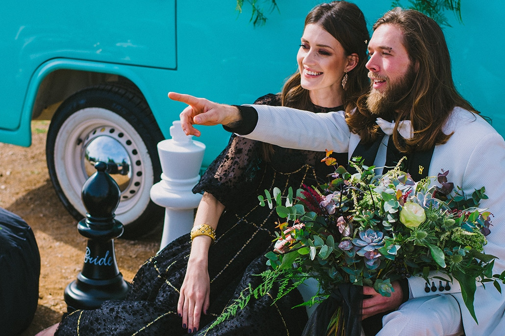 Μποέμ elopement σε ένα black & white setting με macramé δημιουργίες