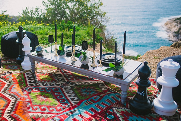 boho-elopement-black-white-setting-macrame-creations_04x