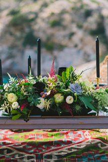 Μοντέρνος στολισμός για γαμήλιο τραπέζι με λεπτομέρειες σε μαύρο χρώμα