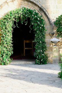 Εντυπωσιακος στολισμος εκκλησιας με αψιδα πρασιναδας